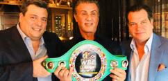 Sylvester Stallone recebe cinturão comemorativo por seu papel em Rocky